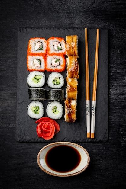 黒のスレートボードと黒の背景上面図に日本のロールパン Premium写真