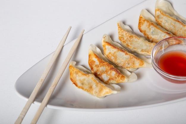 白い皿に「餃子」と呼ばれる和風の文化料理を。 Premium写真