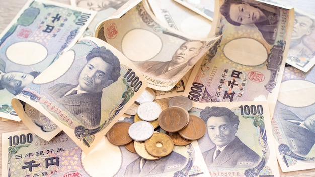 Japanese yen banknotes and japanese yen coins Premium Photo