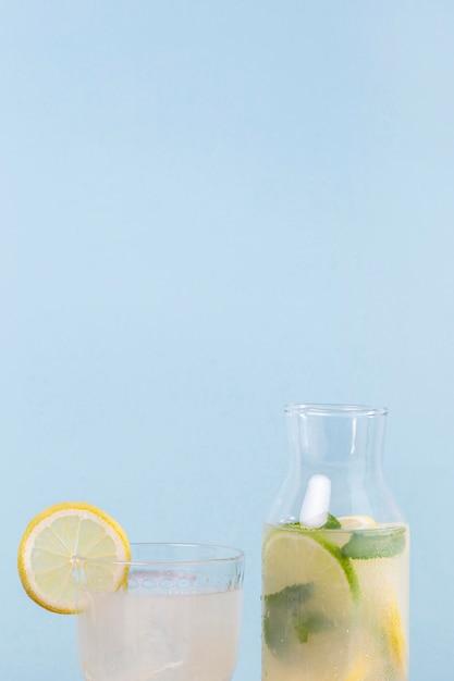 コピースペースと柑橘類の飲み物の瓶 無料写真