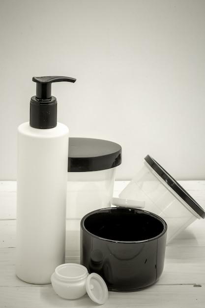 白、美容とケアの概念の化粧品のクローズアップの瓶 無料写真