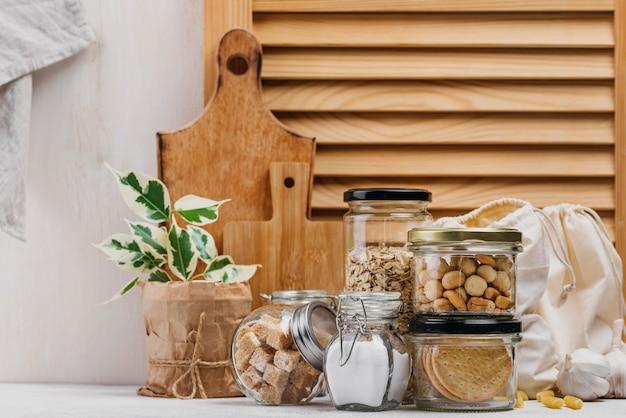 食材と木製の背景の正面図でいっぱいの瓶 Premium写真