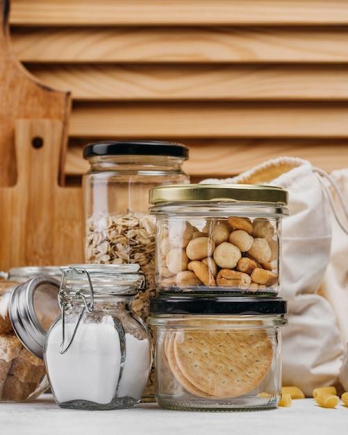 食材と木の背景でいっぱいの瓶 Premium写真