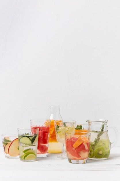 テーブルの上のフルーツ風味の飲み物が付いている瓶 無料写真