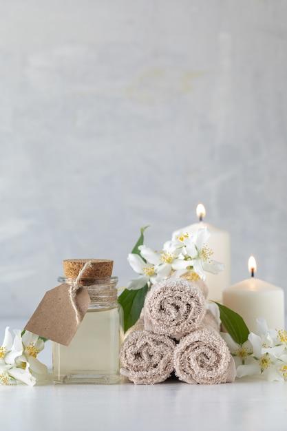 Эфирное масло жасмина, свечи и полотенца, цветы Бесплатные Фотографии