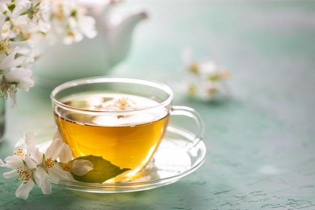 Чай на зеленом камне, концепция цветка жасмина курорта. копировать пространство Premium Фотографии