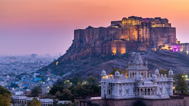 The jaswant thada and mehrangarh fort in background at sunset, the jaswant thada is a cenotaph located in jodhpur, it was used for the cremation of the royal family marwar, jodhpur. rajasthan, india Premium Photo