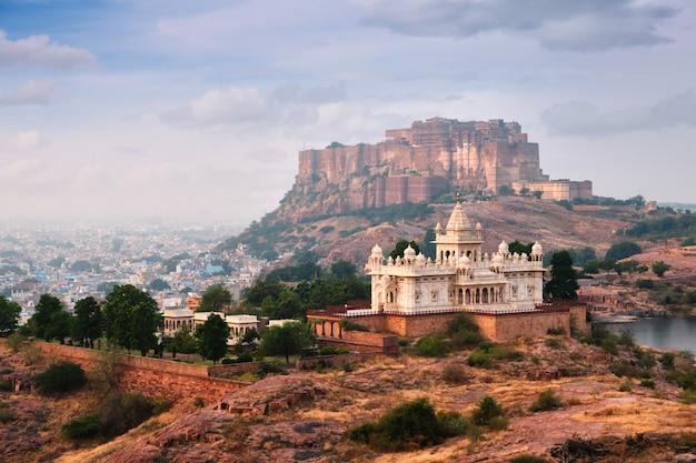 Jaswanth thada mausoleum and mehrangarh fort, jodhpur, rajasthan, india Premium Photo