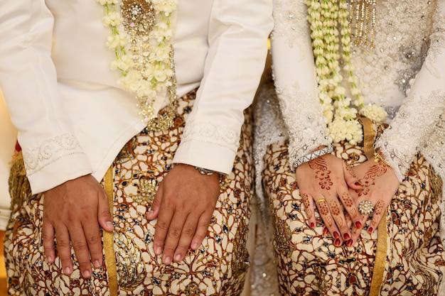 Javanese bride and groom hand Premium Photo