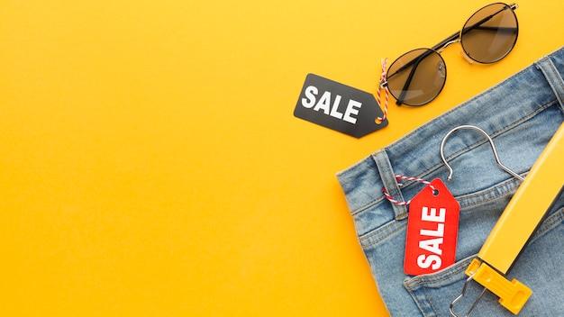 セールラベルコピースペース付きジーンズ 無料写真
