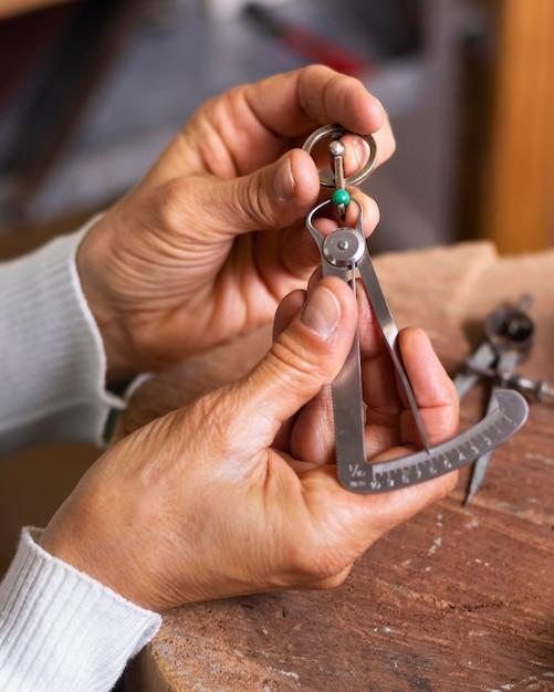 指輪を作る宝石商の手 無料写真