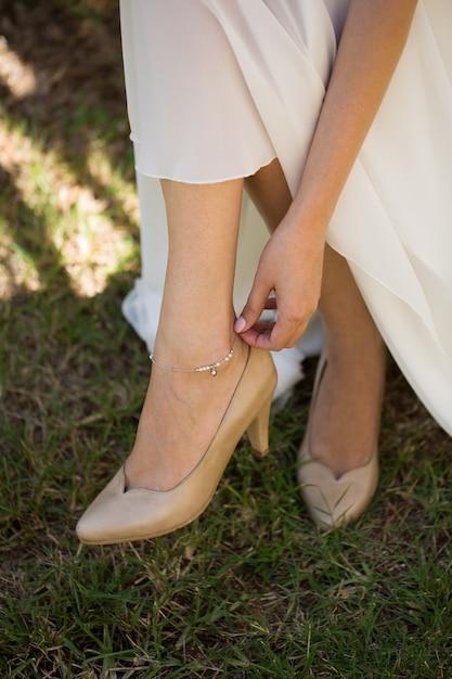 Jewelry on the bride's leg. Premium Photo