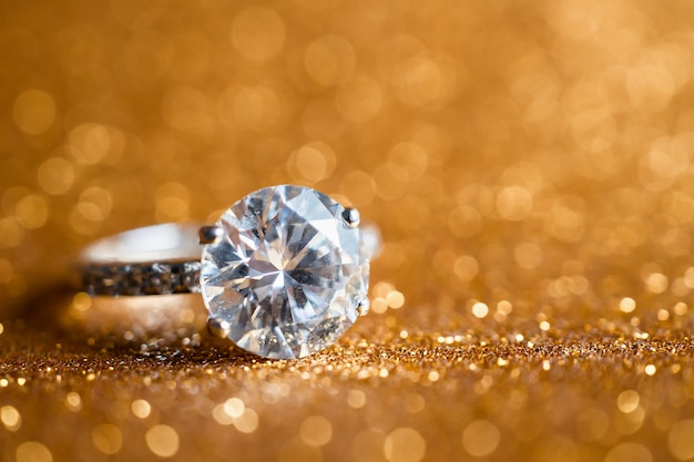 Ювелирное бриллиантовое кольцо с абстрактным праздничным блеском Premium Фотографии