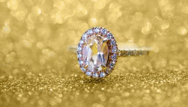 Ювелирное бриллиантовое кольцо с абстрактным праздничным золотым блеском Premium Фотографии