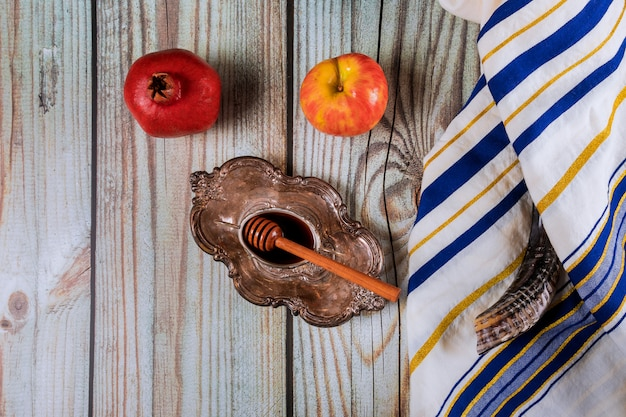 A jewish new year with honey for the apple and pomegranate holiday of yom kippur and rosh hashanah Premium Photo
