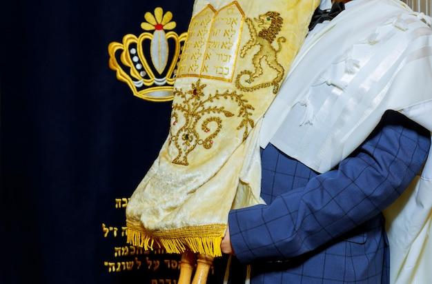 Jewish torah at bar mitzvah jewish man dressed in ritual clothing Premium Photo