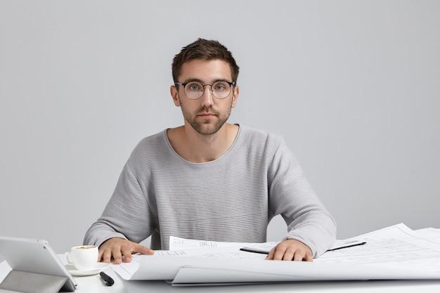 직업, 현대 기술, 창의력 및 직업 개념. 잘린 수염을 가진 잘 생긴 젊은 남성 엔지니어의 그림 무료 사진