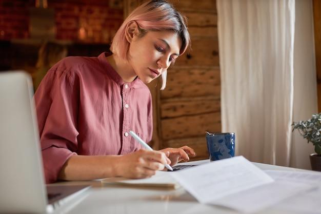 Работа, род занятий и фриланс. студент девушка пишет на бумаге Бесплатные Фотографии