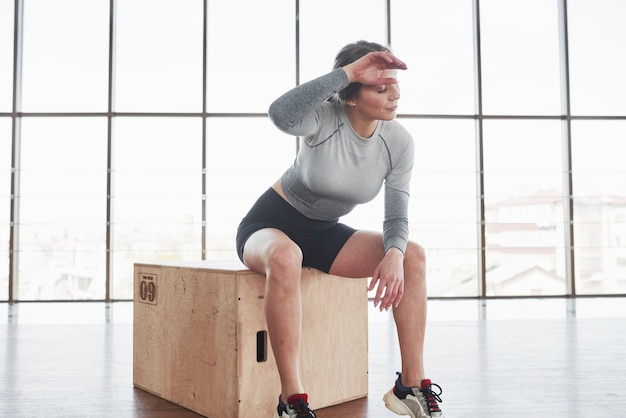 Работа сделана хорошо. спортивная молодая женщина имеет фитнес-день в тренажерном зале в утреннее время Бесплатные Фотографии