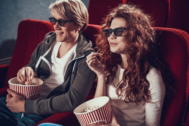 Jouful couple with 3d glasses eats popcorn Premium Photo