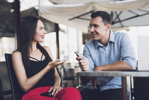 A journalist talking with a beautiful girl Premium Photo