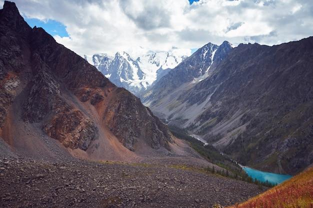 山の谷を歩く旅。野生動物の美しさ Premium写真