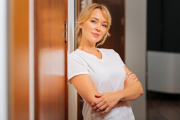 미용 클리닉에서 일하는 동안 당신을보고 즐거운 기쁘게 여자 프리미엄 사진