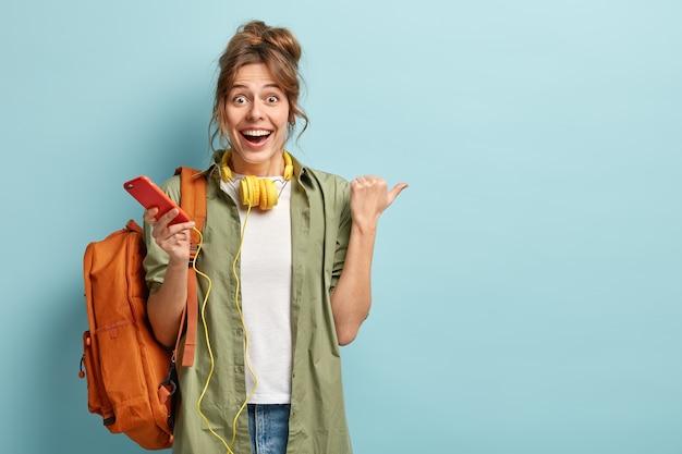 Радостная европейская девушка проверяет почту или электронную почту на сотовом Бесплатные Фотографии
