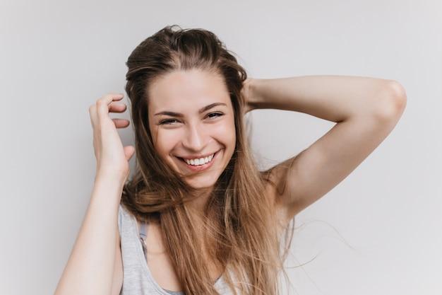 Joyful european woman laughing. indoor photo of romantic girl expressing happiness. Free Photo