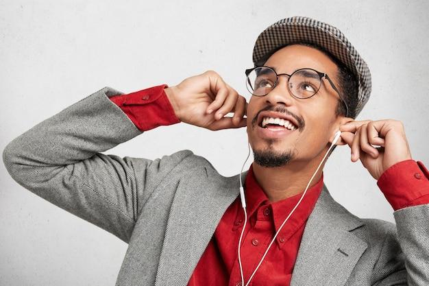 Il nerd maschio gioioso si riposa dopo aver studiato a lungo e preparato per gli esami o scritto un documento per il corso, Foto Gratuite