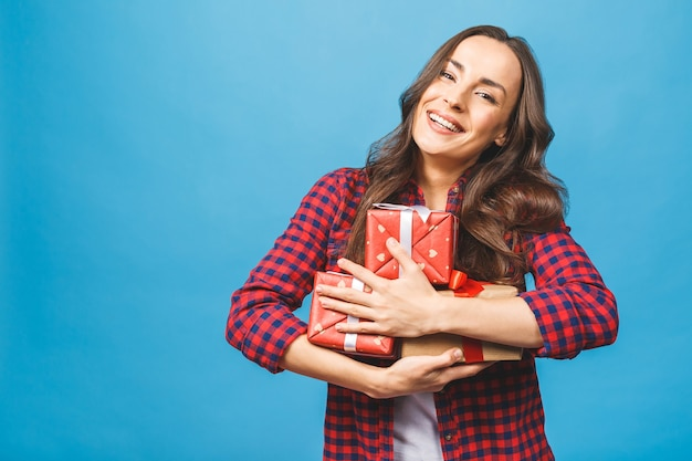 선물 상자를 많이 들고 즐거운 여자 여자 프리미엄 사진