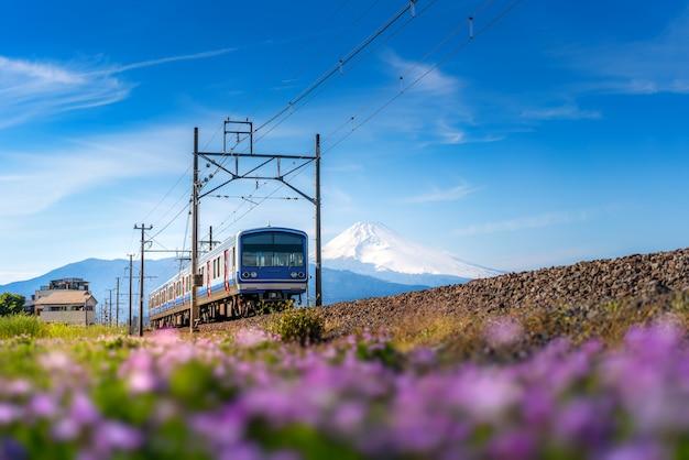 Jr伊豆箱根鉄道t津線の普通列車と静岡県三島の富士 Premium写真