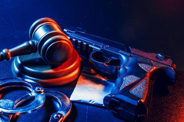 Судья молоток, наручники с белой пудрой на темном столе. преступление, грабеж, концепция незаконного оборота наркотиков Premium Фотографии