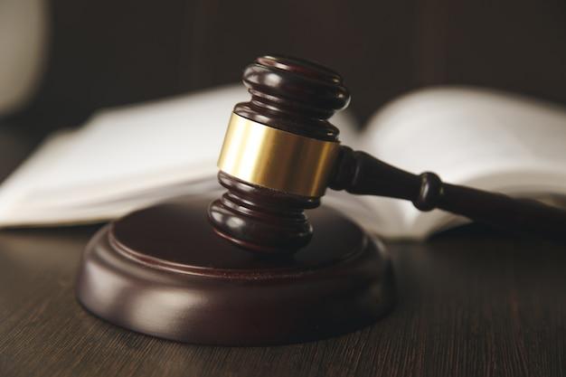 Судейский молоток, весы правосудия и книги законов в суде Premium Фотографии