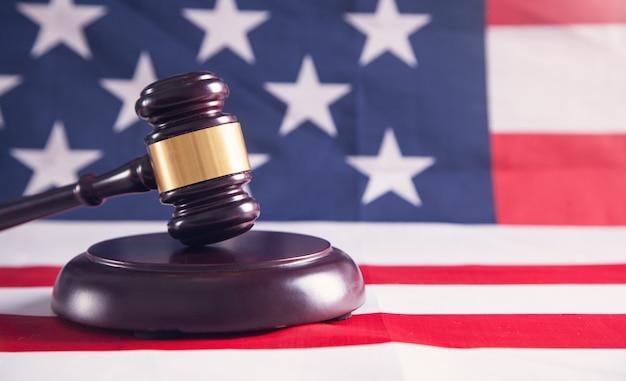 Судья молоток с американским флагом. Premium Фотографии