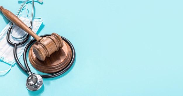Молоток судьи с медицинской маской и стетоскопом на синем фоне защита концепции медицинских прав Premium Фотографии