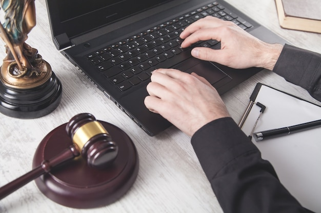 Судите по ноутбуку. закон и справедливость Premium Фотографии
