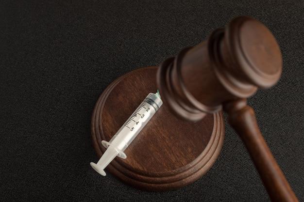 Судебный молоток и шприцы Premium Фотографии