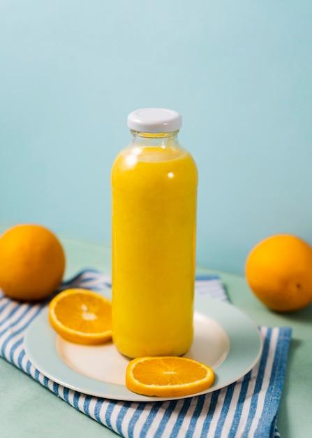 Disposizione delle arance e della bottiglia del succo Foto Gratuite