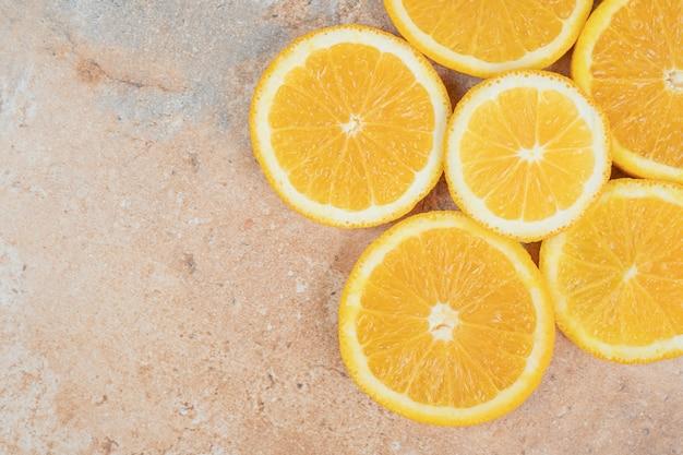 大理石の背景にジューシーなオレンジスライス。高品質の写真 無料写真