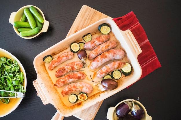ビーフパンに野菜を入れたジューシーなソーセージ 無料写真