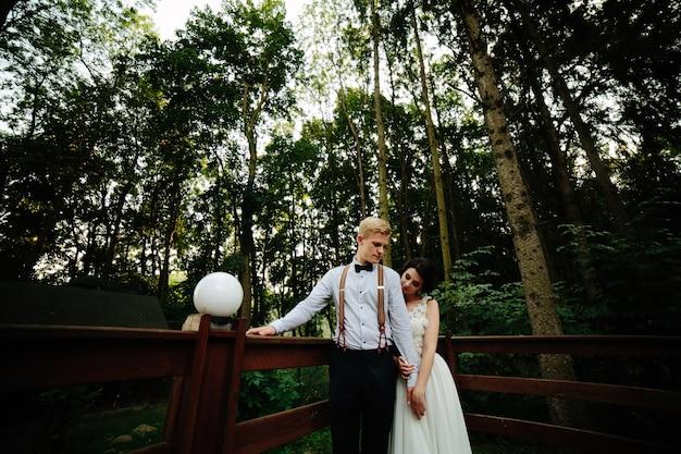 木製の橋でちょうど結婚 無料写真