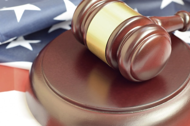Молоток юстиции на флаге сша в зале суда во время судебного разбирательства Premium Фотографии