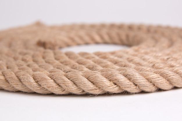 Джутовая веревка на белом пространстве крупным планом Premium Фотографии