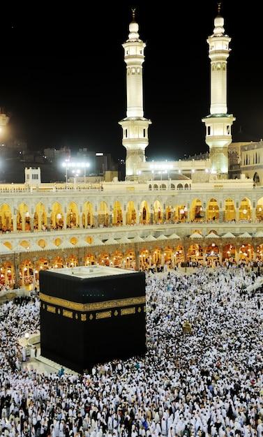 メッカのkaaba、聖地で一緒に祈っているイスラム教徒の人々 Premium写真
