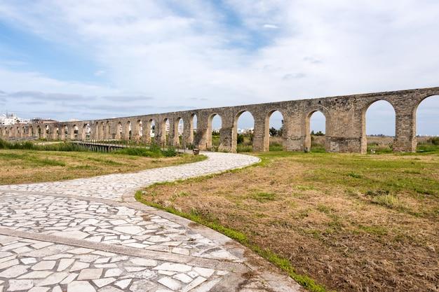 Античный акведук камарес в ларнаке, кипр. древнеримский акведук Premium Фотографии