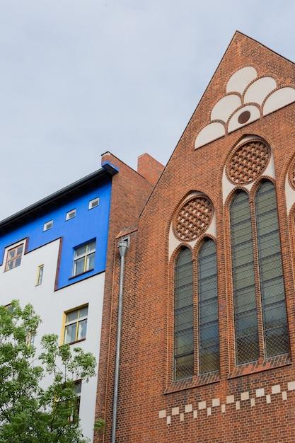 Katholische kitass。コーパスクリスティ、ドイツのベルリンのプレンツラウアーベルク地区の家のファサード Premium写真