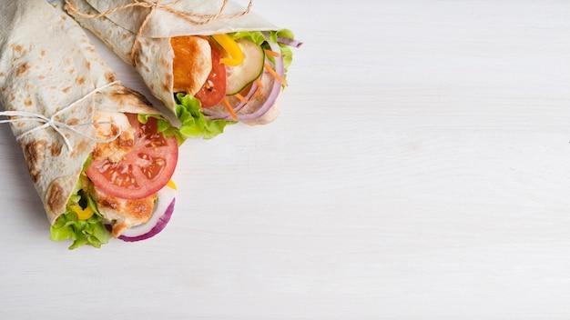 Involucro di kebab con carne e verdure con copia-spazio Foto Gratuite