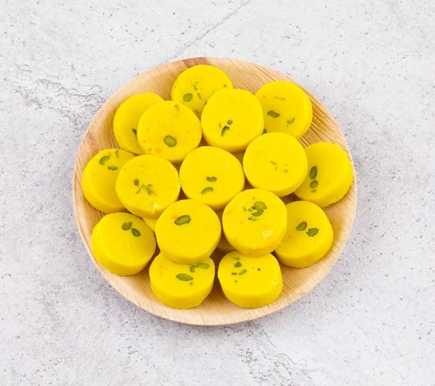Индийская сладкая еда kesar peda Premium Фотографии