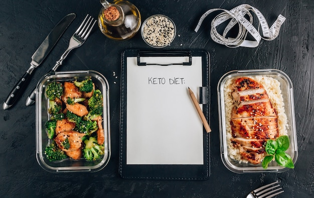 準備食容器付きクリップボードに「ケトダイエット」の碑文 Premium写真